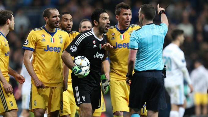 Izomból fenyegetik a Real-Juve meccs bírójának a feleségét is
