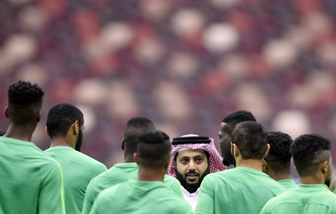 Bravó: félbeszakadt a szaúdiak edzése a pályára rohanó sejk miatt